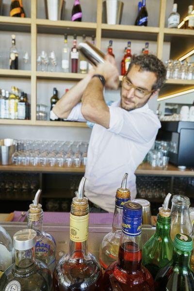 Schauen Sie dem Barkeeper bei der Arbeit zu