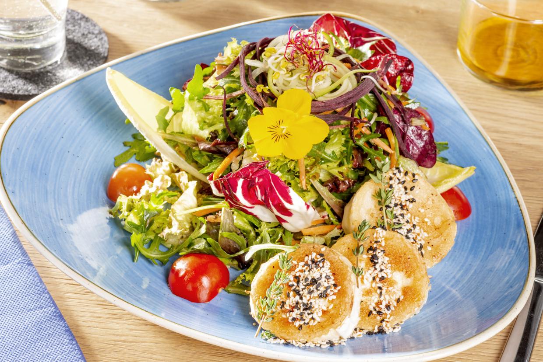 Seehaus-Salat mit gegrilltem Ziegenkäse